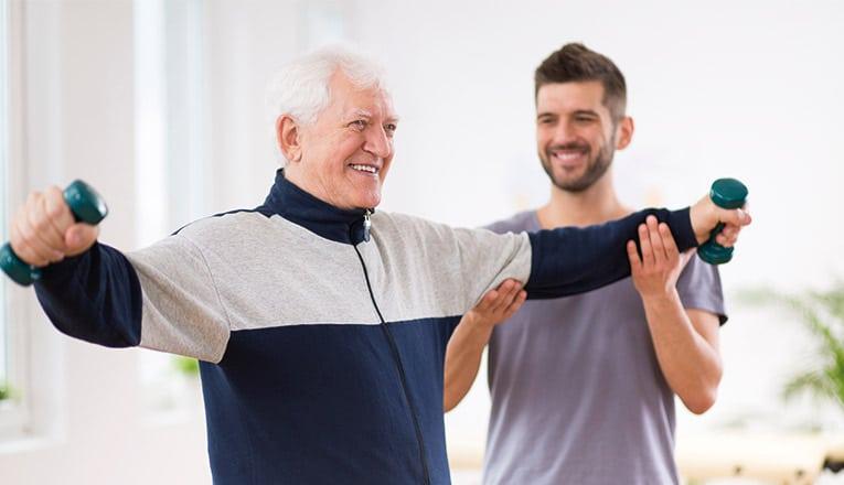 Una signora anziana esegue degli esercizi per un maggiore equilibrio.