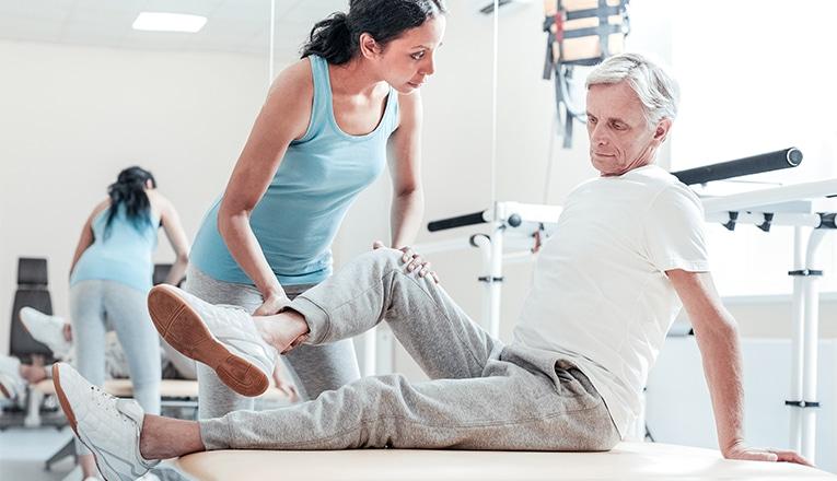 Fisioterapia uomo artrosi al ginocchio