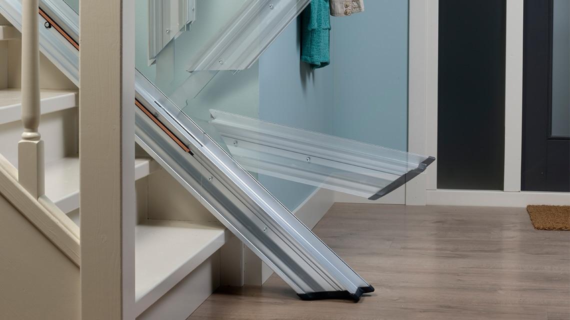 Se, in fondo alle scale, c'è poco spazio per il montascale, la Linea può essere dotata di un binario retrattile