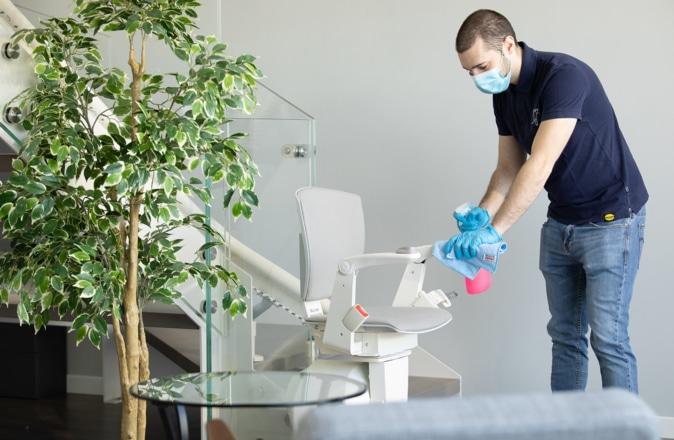 La sedia dell'Otolift Modul-Air viene pulita da un addetto Otolift