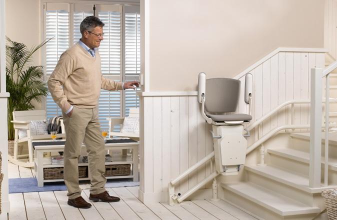 Il design pulito di Otolift Two consente agli altri utenti di salire e scendere le scale.