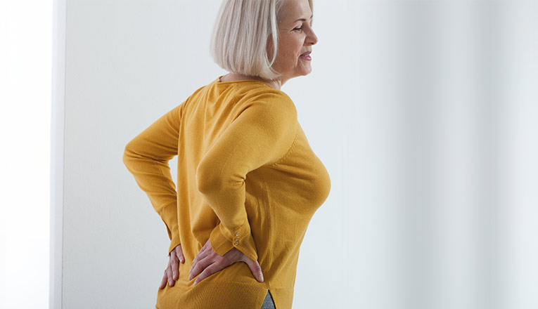 La signora accusa sintomi di artrosi alla schiena, come irrigidimento e dolore.