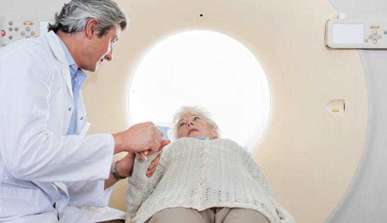 In ospedale i medici fanno una TAC o una risonanza magnetica del cervello per vedere quali sono le conseguenze dell'ictus.