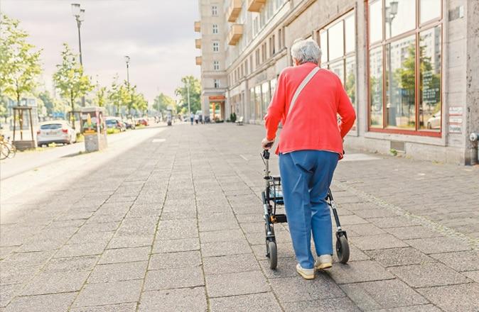 Cos'è la solitudine negli anziani? La mancanza di contatti sociali e la perdita di contatti preziosi.